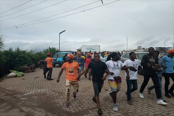 Security operatives disperse #RevolutionNow protesters in Osun